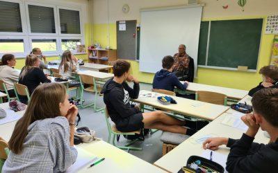 Učenci 2. a razreda se pogovarjajo z Američanom